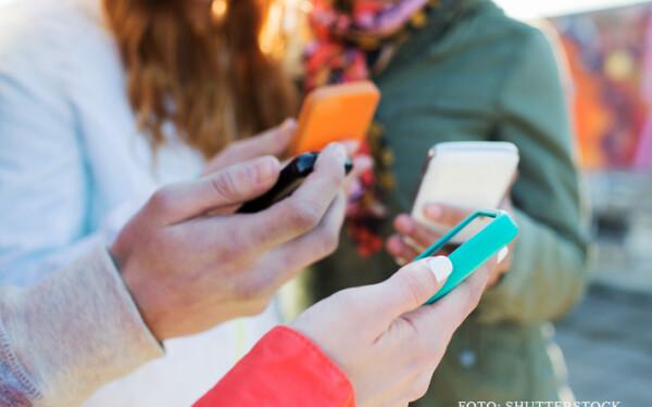 oameni cu telefoane in mana