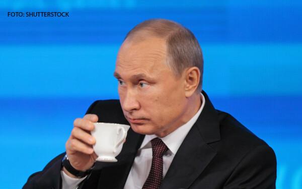 Vladimir Putin cu o cescuta in mana