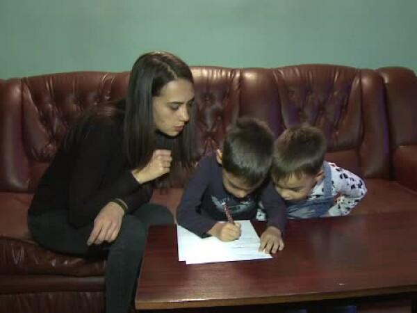 copii care ii scriu o scrisoare lui Mos Craciun