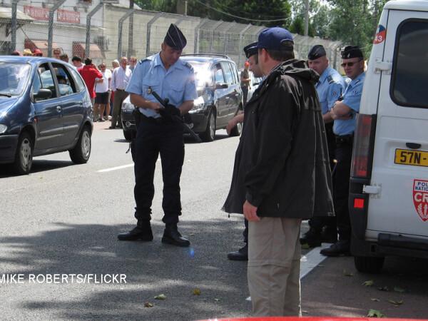 politisti francezi cu arme in mana pe strada