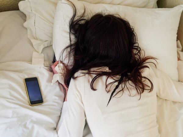 dormit cu telefonul la cap