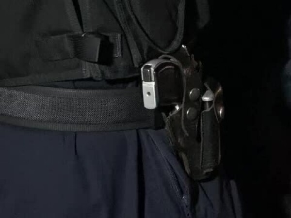 politist cu pistol