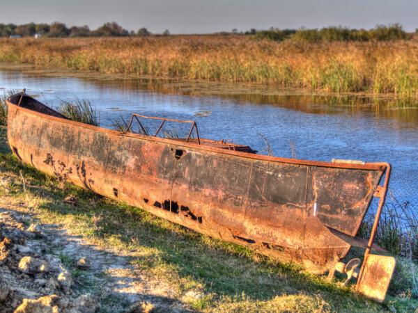 barca ruginita pe Dunare