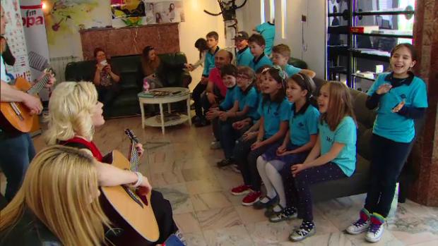 Loredana, cantand alaturi de copii