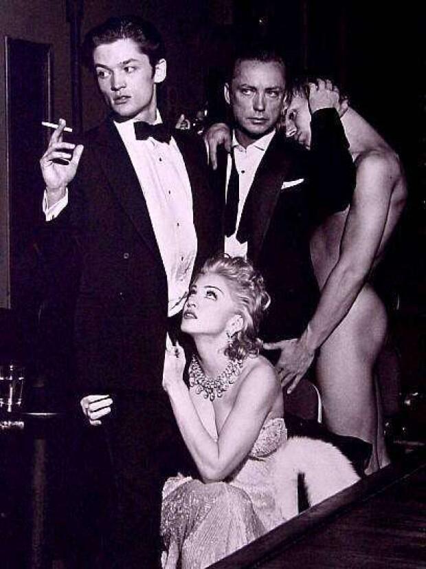 Фото Мадонна Чикконе (Madonna Ciccone) в компании мужчин.