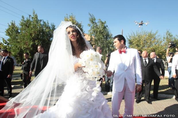 Incomoda si pentru mireasa. Asa arata rochia in care Alina Vidican s-a casatorit cu Borcea