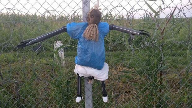masti pe gardul din Ungaria anti-refugiati