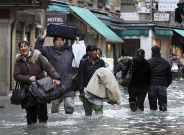 Как сообщают местные власти, вода в городе поднялась на рекордно