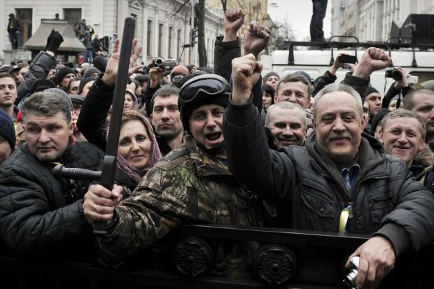 Protestatari in fata cladirii Parlamentului ucrainean. Rada a decis demiterea presedintelui Ianukovici