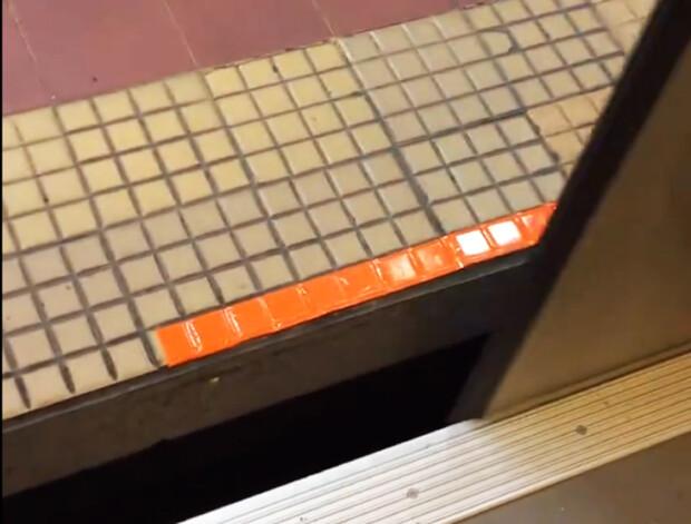 banda adeziva metrou Piata Victoriei