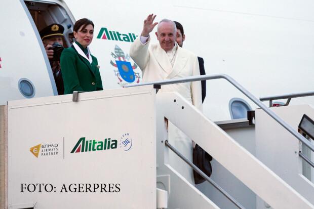 Papa Francisc urca in avion pentru a ajunge in Cuba