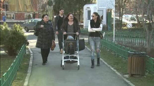 Familie care se plimba prin parc