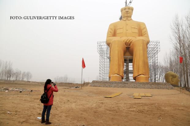statuie aurita a lui Mao