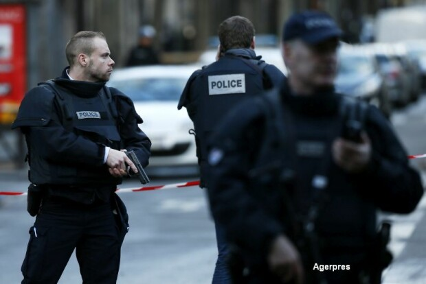 Barbat impuscat in fata unei sectii de politie din Paris
