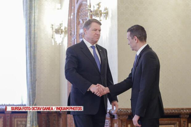 Presedintele Klaus Iohannis da mana cu premierul Sorin Grindeanu la inceputul unei intalniri ce are loc la Palatul Cotroceni, miercuri, 11 ianuarie 2017
