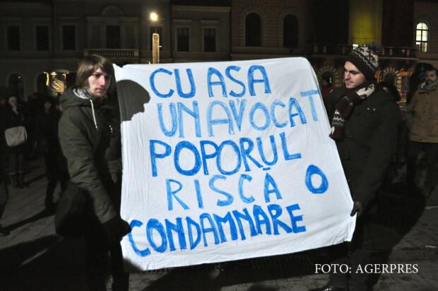 Cateva sute de clujeni, in special tineri, au protestat impotriva Avocatului Poporului, Victor Ciorbea, cerand demisia acestuia pentru decizia sa de a sesiza Curtea Constitutionala cu privire la prevederea din Legea 90/2001 referitoare la faptul ca persoa