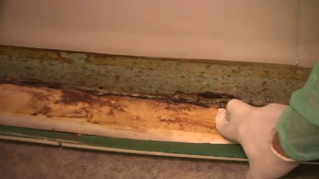 Linoleum dezlipit la Spitalul de Arsi