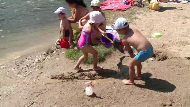 copii jucandu-se la plaja