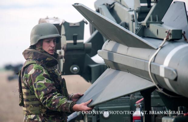 militar roman antrenandu-se cu rachete patriot