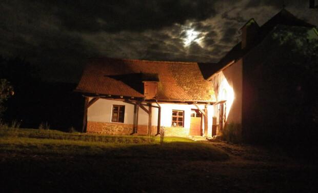 casa traditionala noaptea
