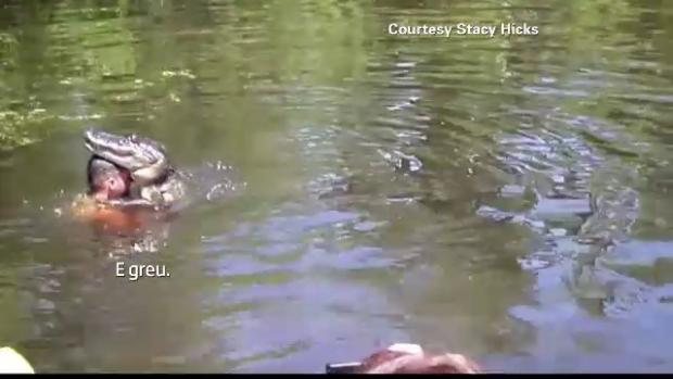 S-a aruncat in apa plina de aligatori, sub privire inmarmurite ale turistilor.