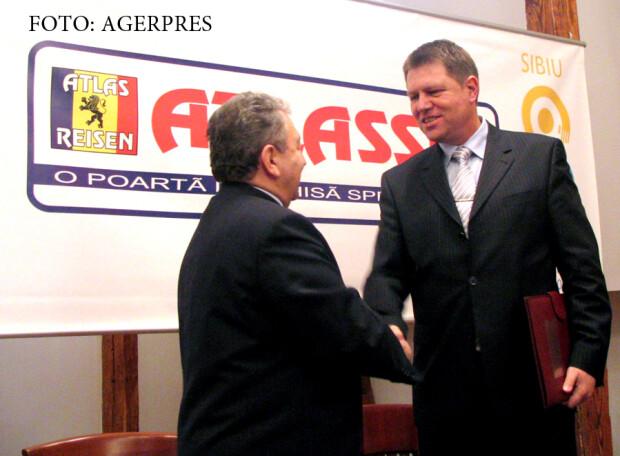 Ilie Carabulea, patronul Holdingului Atlassib si Klaus Iohannis, primarul Sibiului. Holdingul Atlassib va sponsoriza un program cultural intitulat Sibiu - Capitala Culturala Europeana