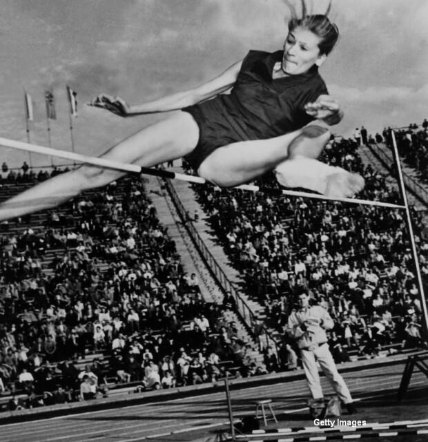 Iolanda Balas, stabilind un nou record, Romania 1958