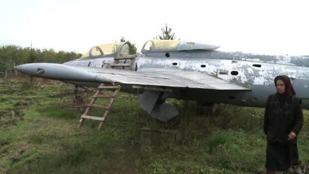 batrana care se urca intr-un avion vechi