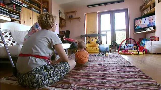 copii care se joaca in casa