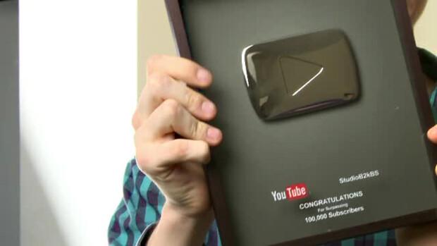 Elekes Levente Levi cu premiul de la YouTube