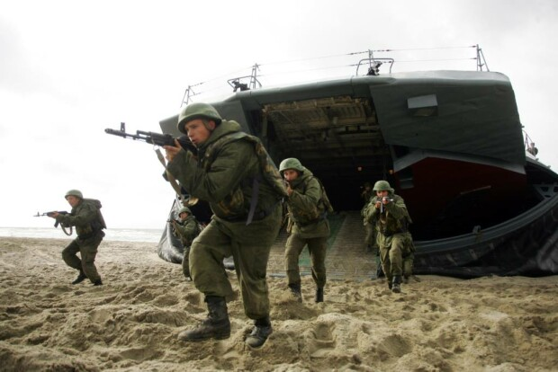 militari rusi care debarca
