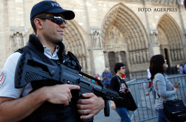 politie in fata catedralei Notre Dame
