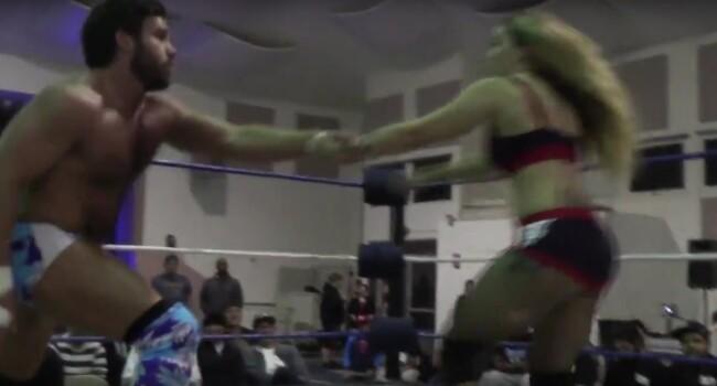 Cel mai nebun moment vazut vreodata in wrestling! A fost pus sa se lupte cu iubita lui! Ce a facut este incredibil