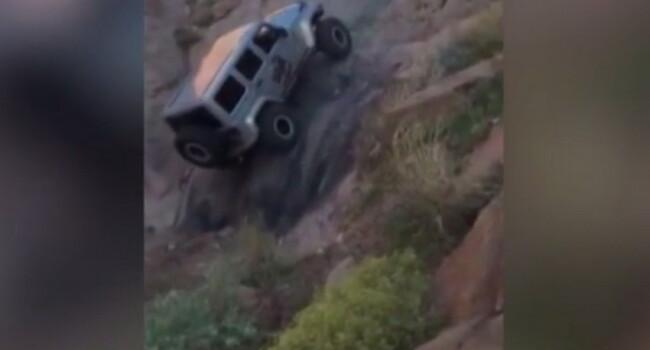 Trebuie sa vezi ca sa crezi ca asa ceva e posibil! Imaginile incredibile cu o masina 4x4 care aproape ca merge pe verticala! VIDEO