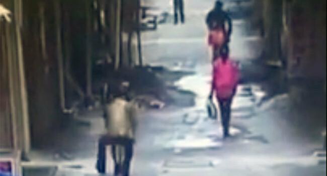 O femeie mergea linistita in parc cand un barbat a venit din spate! Ce i-a facut este revoltator