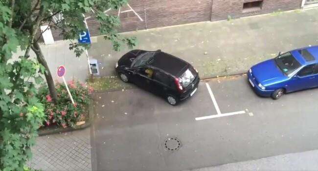 Dovada clara ca unii oameni nu ar trebui sa se urce niciodata la volan! Ce se intampla cand incearca sa faca o parcare laterala banala