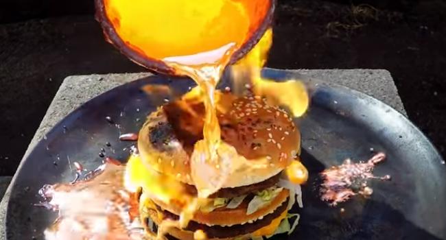 Experiment bizar: ce se intampla atunci cand torni cupru topit peste un hamburger | VIDEO