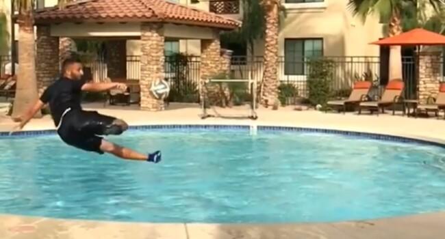 Barbatul care face scheme din fotbal la piscina