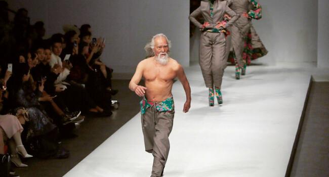 Are 80 de ani, e model si e innebunit dupa muzica tehno.