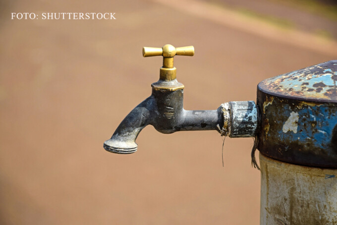 robinet ruginit la care nu curge apa