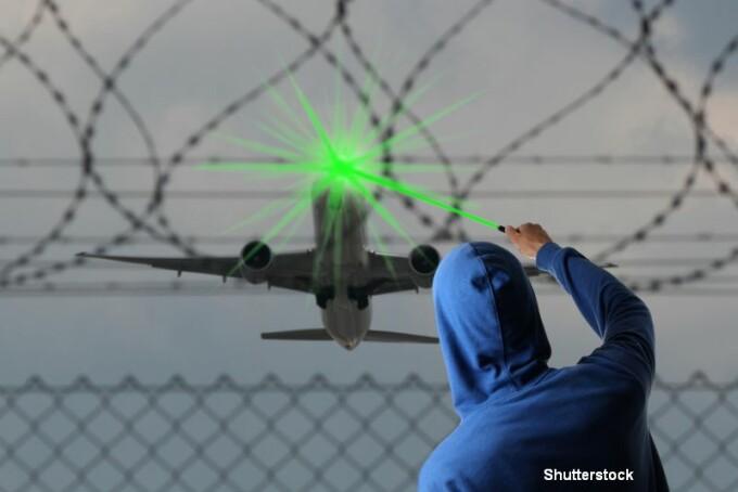 Laser indreptat spre avion