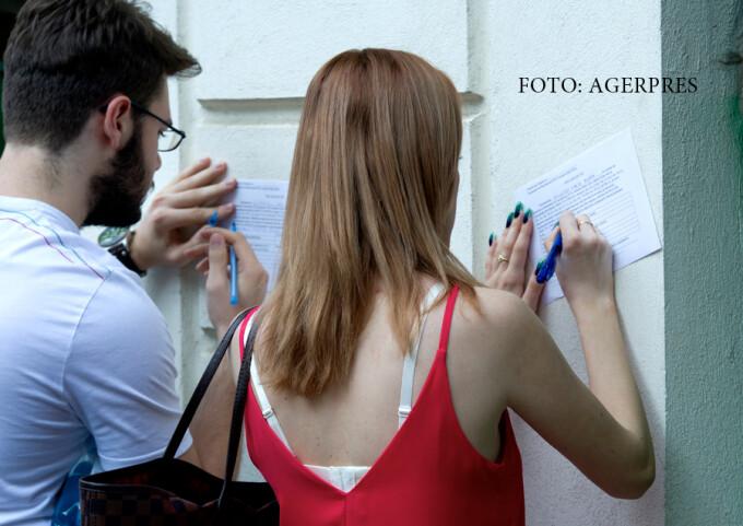 Doi elevi completeaza o declaratie-tip inainte de a sustine proba scrisaƒ la limba si literatura romana din cadrul examenului de Bacalaureat 2016, la Colegiul National