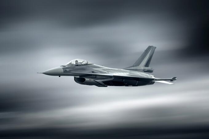 avion militar - Shutterstock