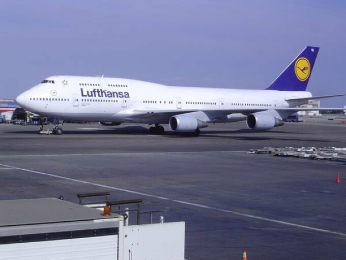 Avion Lufthansa pe aeroport