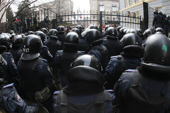 Fortele de politie, in fata administratiei regionale din Donetsk