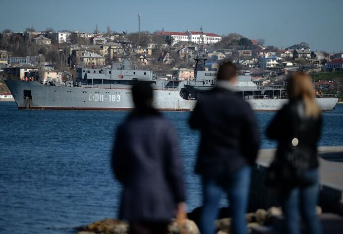 O nava a marinei militare ruse, in portul Sevastopol