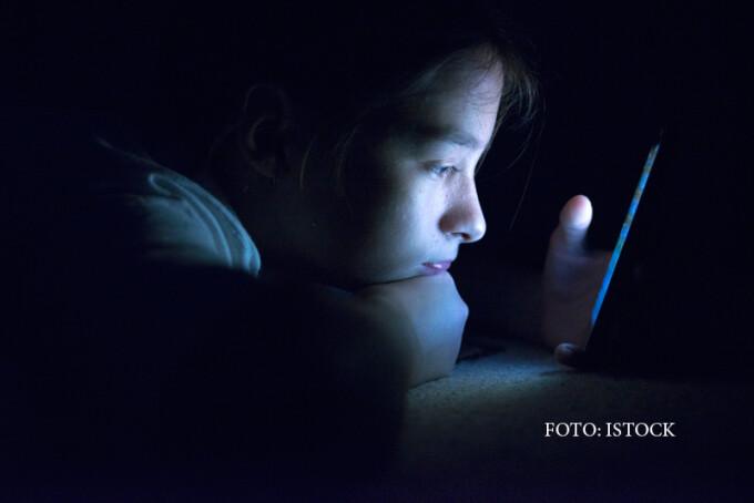 adolescenta vorbind la telefon