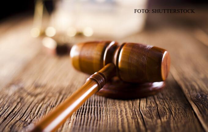 ciocan de judecator pe masa FOTO SHUTTERSTOCK