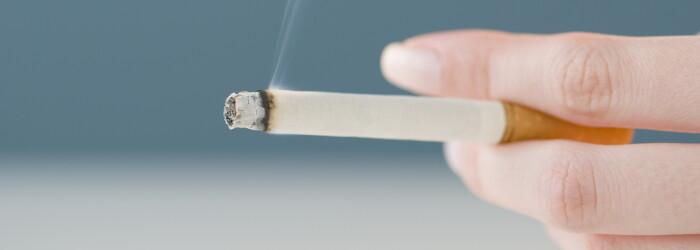 Senatorii au votat modificarea legii antifumat. Locurile in care fumatorii si-ar putea aprinde tigarile, in public