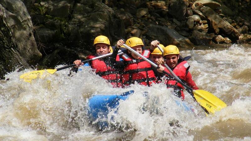 Ai chef de adrenalina? Se redeschide sezonul de rafting in Romania
